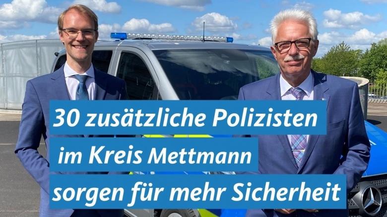 Dr. Christian Untrieser und Landrat Thomas Hendele stehen vor einem Polizeiauto.