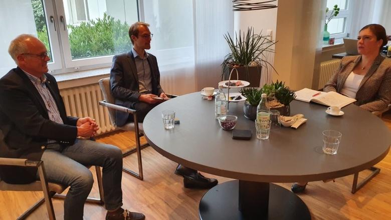Dr. Christian Untrieser und Martin Sträßer im Gespräch mit Jessica Llerandi Pulido, der neuen Geschäftsführerin des EVK Mettmann.