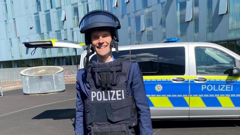 Dr. Christian Untrieser in Schutzausrüstung der Polizei vor der Kreispolizeibehörde Mettmann.