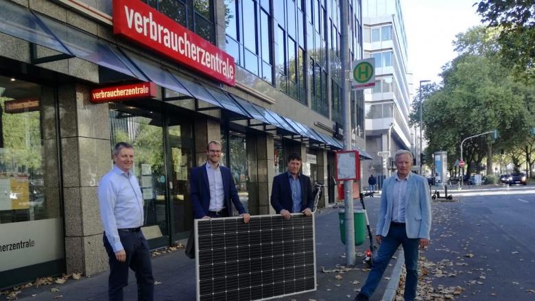 Dr. Christian Untrieser und andere vor der Verbraucherzentrale NRW mit einem Solarsteckermodul.