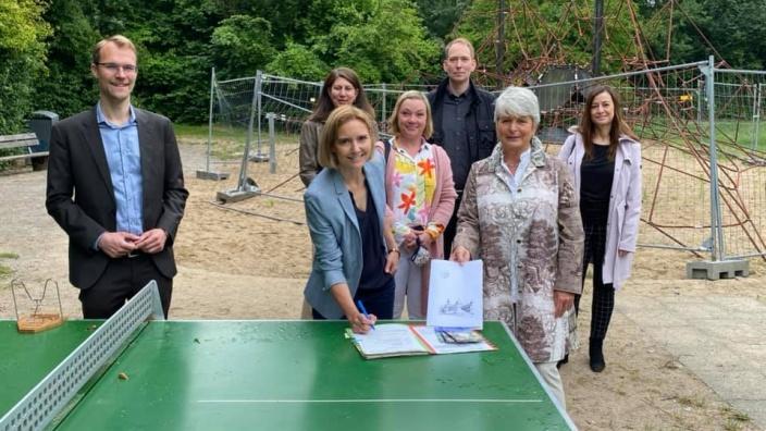 Bild: Regierungspräsidentin Birgitta Radermacher mit Bürgermeisterin Dr. Bettina Warnecke und Dr. Christian Untrieser im Haaner Bachtal bei der Übergabe des Förderbescheids.
