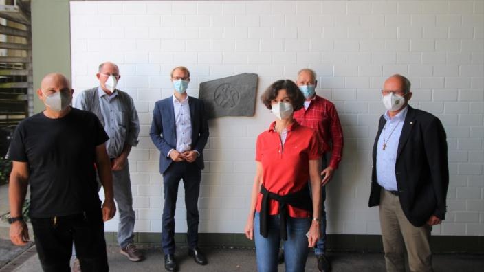Gruppenfoto von Christian Untrieser, Martin Sträßer und anderen beim Besuch der Dachdeckerinnung