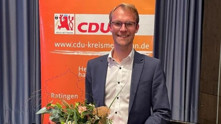 Dr. Christian Untrieser mit Blumenstrauß vor CDU Banner