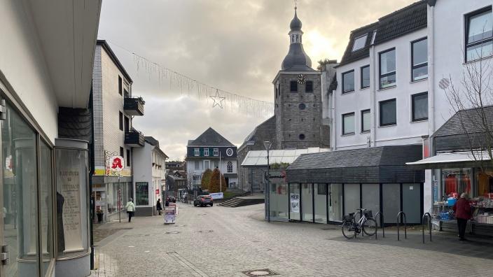 Die Innenstadt von Mettmann an einem bedeckten Wintertag ohne Schnee.