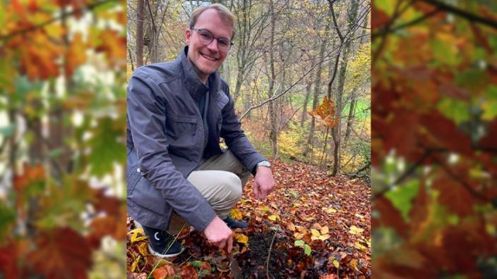 Dr. Christian Untrieser pflanzt einen Eichenstzling im Erkrather Wald.